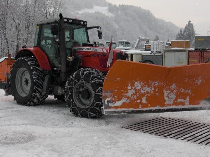 Schneepflug und Streuwagen der Firma Wachter aus Vandans sind für den Winter bestens vorbereitet.