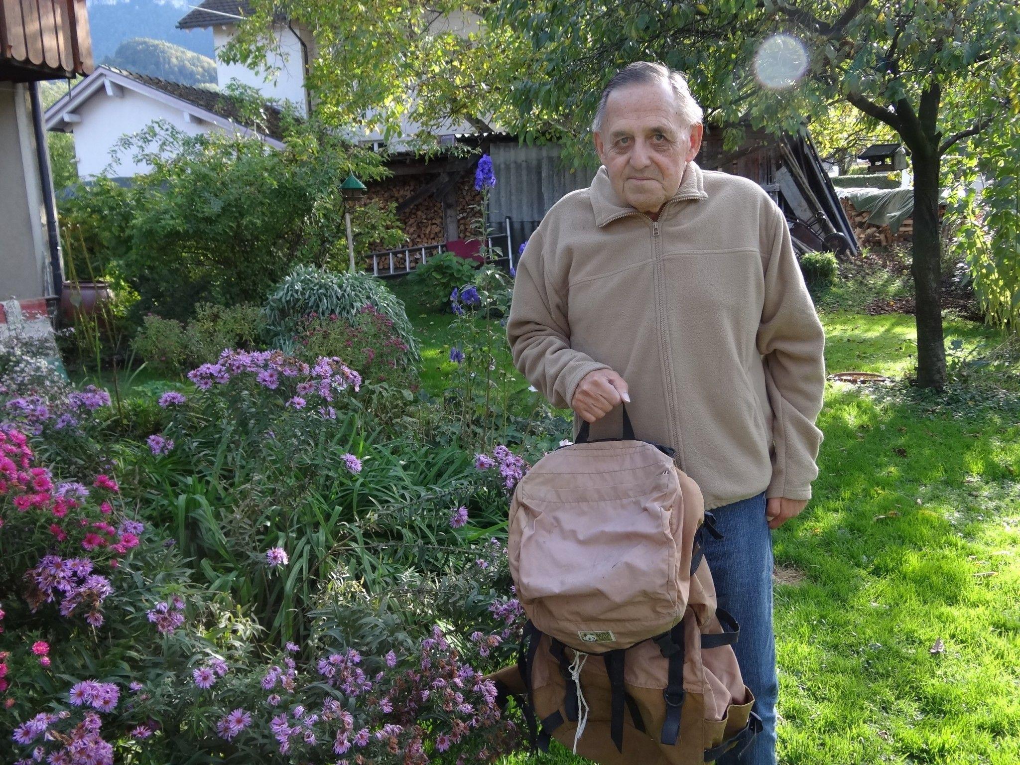 Walter Bell zeigt stolz seinen Rucksack, den er vor 30 Jahren im Himalaya Gebiet dabei gehabt hat
