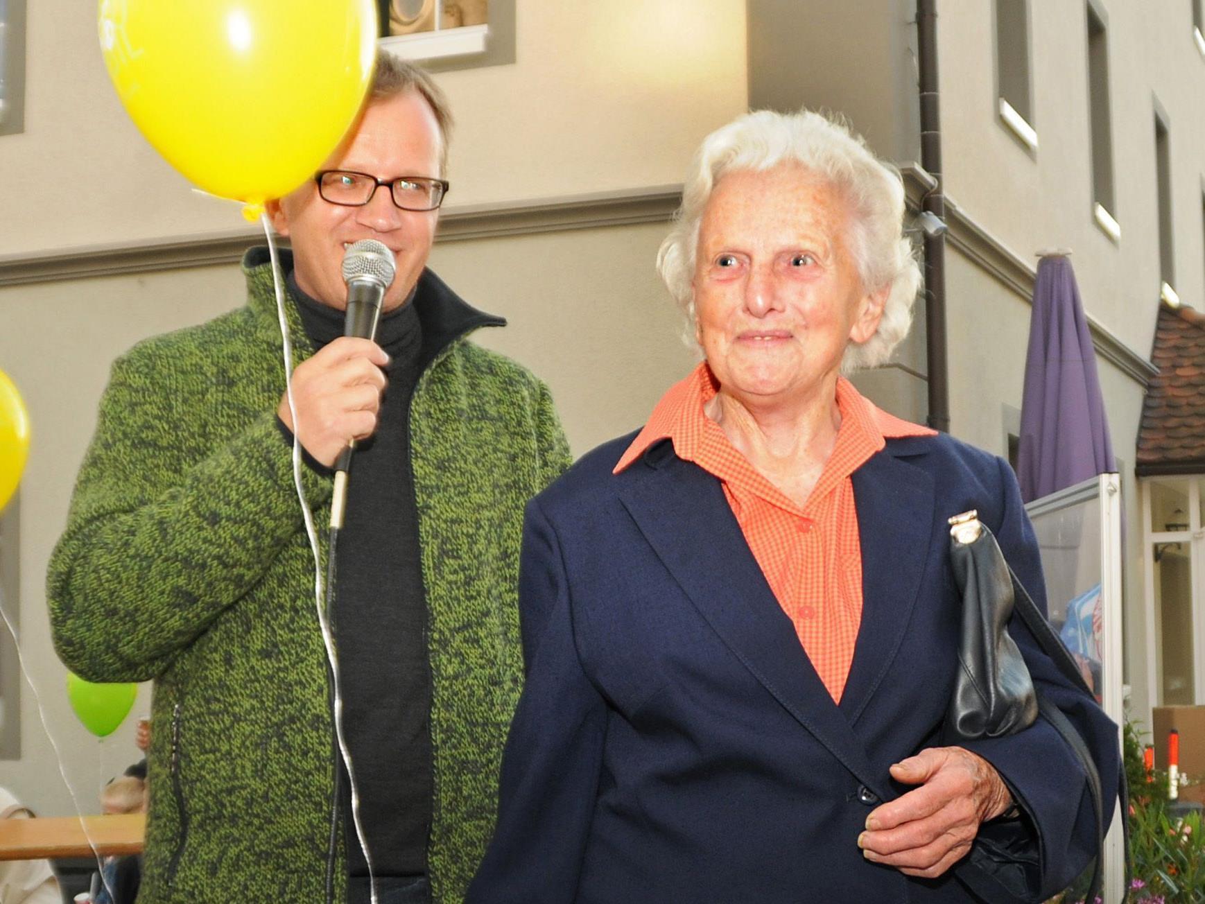 Die 90-jährige Gisela Baum radelte heuer 2.500 km weit. GV Markus Bacher gratulierte.