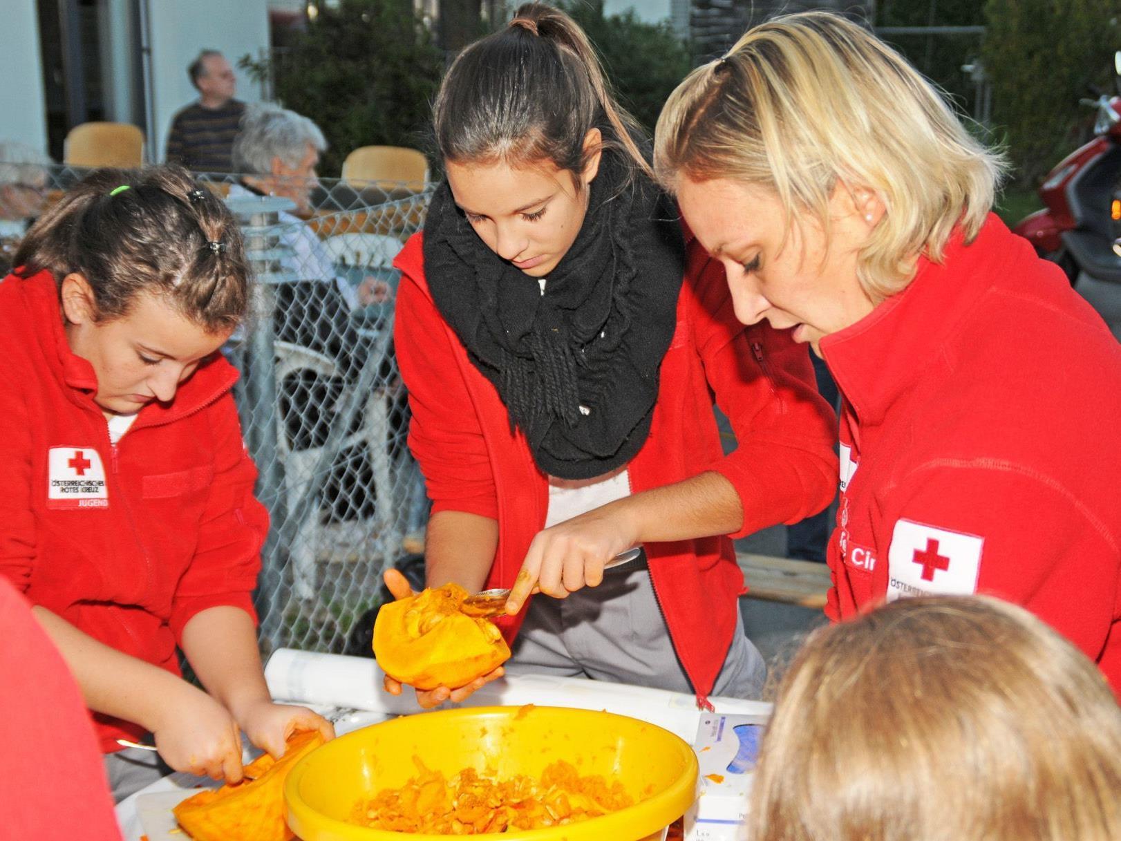 Mitglieder der Rotkreuz Jugend Hard bereiten die Kürbisse für das Menü bei der Lebenshilfe vor.