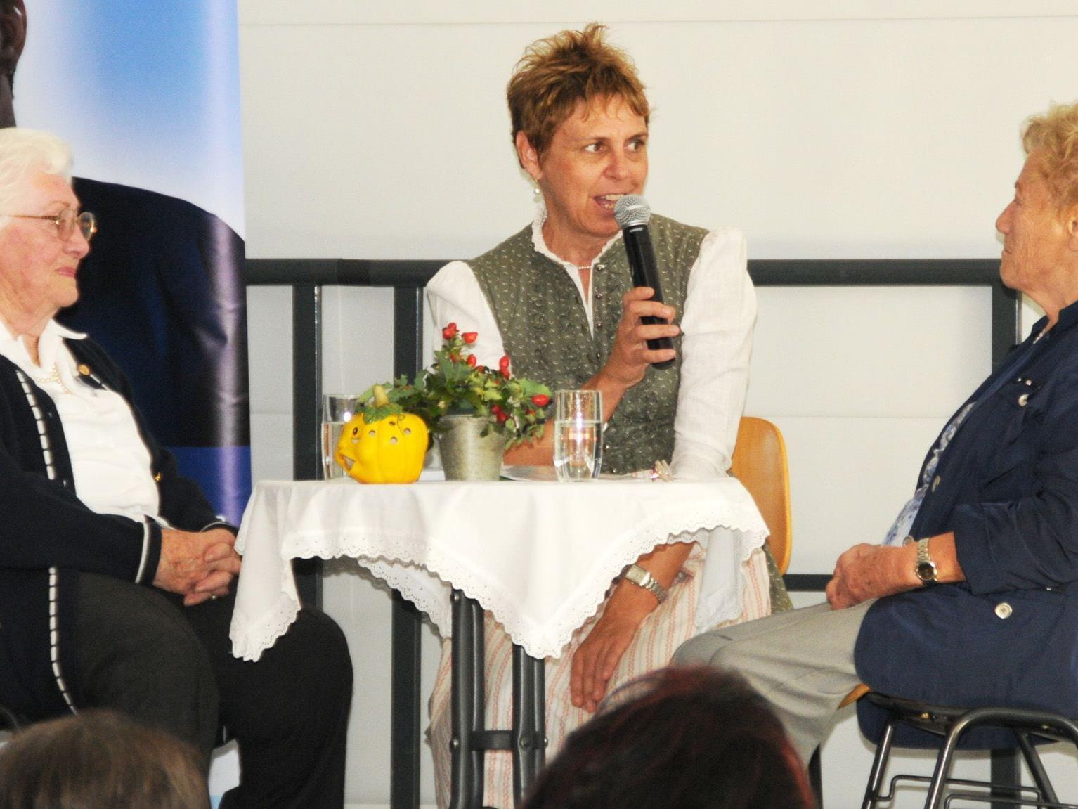 Midi und Ilse Nagel sowie Dr. Gerda Leipold-Schneider beim Plausch über alte Zeiten.