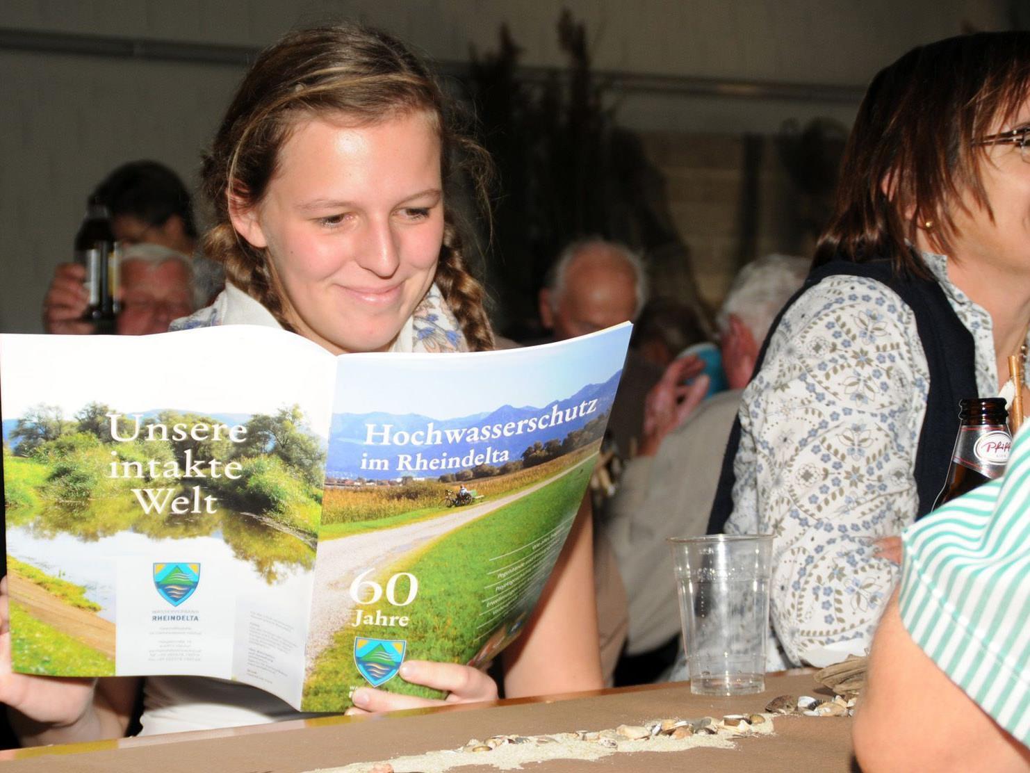 Das Heft zum Jubiläum des Wasserverbandes Rheindelta wird fleißig studiert.