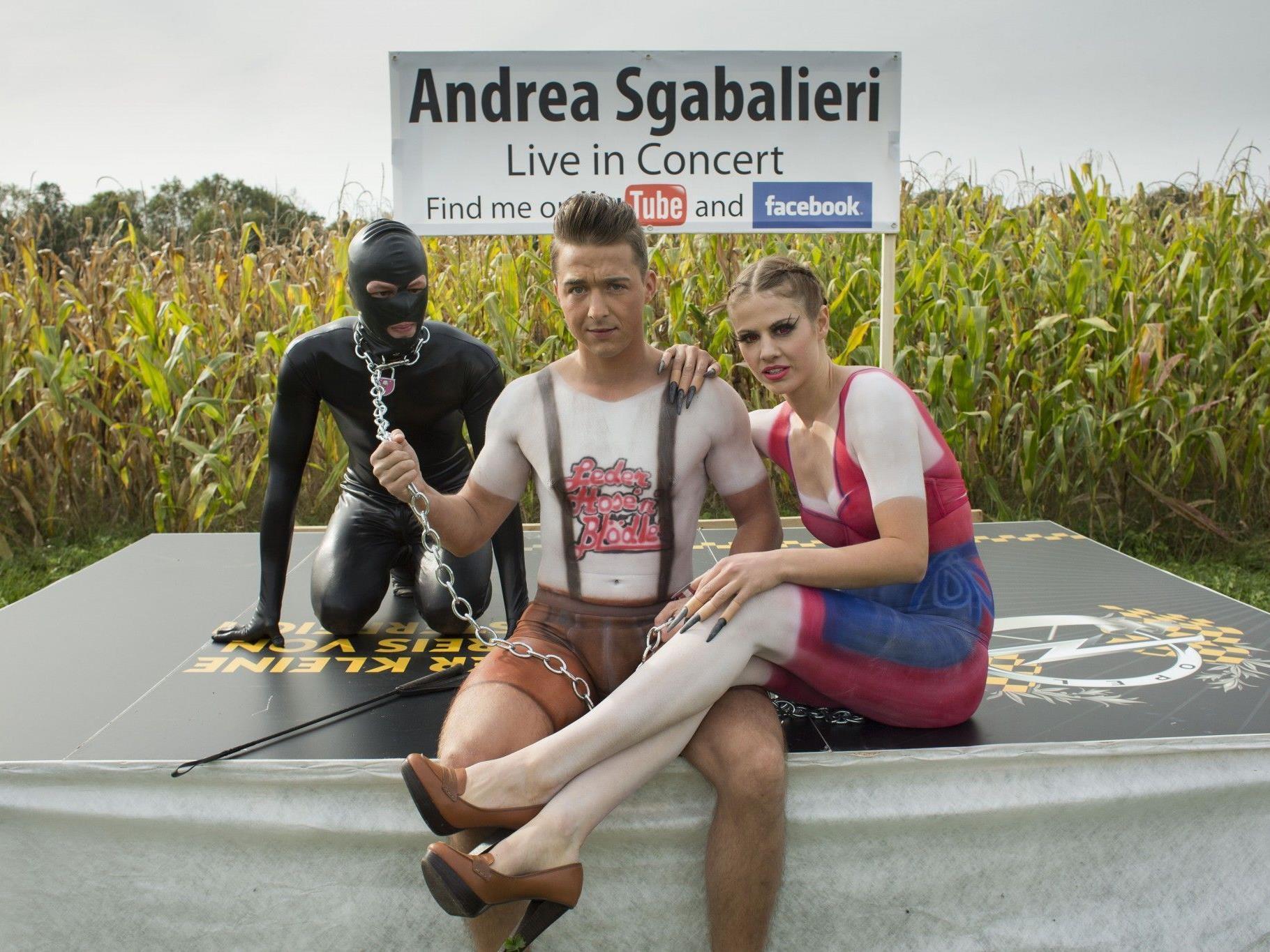"""Das verrückte Groupie alias Susi Moll und """"Mr. Nice"""" Andrea Sgabalieri beim Video-Dreh."""