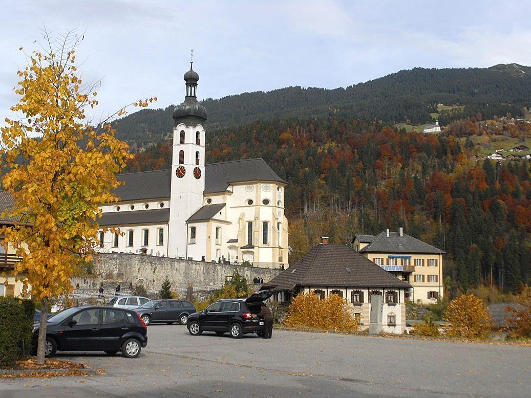 Pfarr- und Wallfahrtskirche Tschagguns gegen Bartholomäberg, 1. November 2010