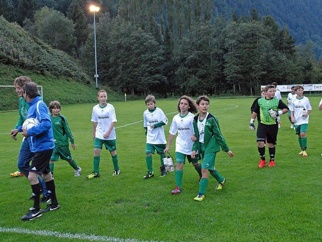 Einige Mitglieder der Spielgemeinschaft Montafon U13 bei einem Meisterschaftsspiel in St. Gallenkirch