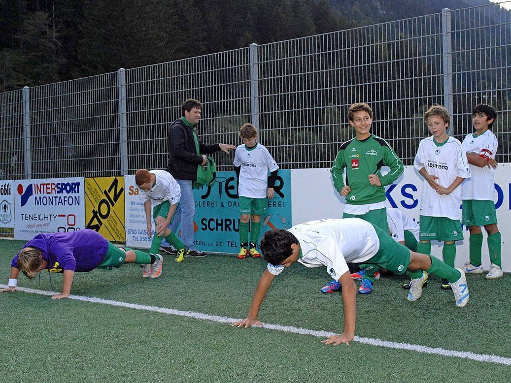 Einige Spieler der SPG Montafon U13 beim Aufwärmen vor einem Meisterschaftsspiel in Gaschurn
