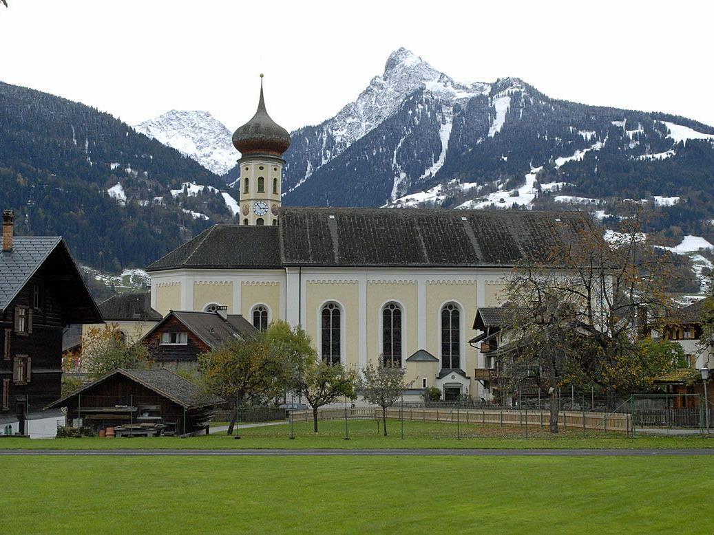 Blick von der Mittelschule Schruns-Dorf zur örtlichen Pfarrkirche St. Jodok