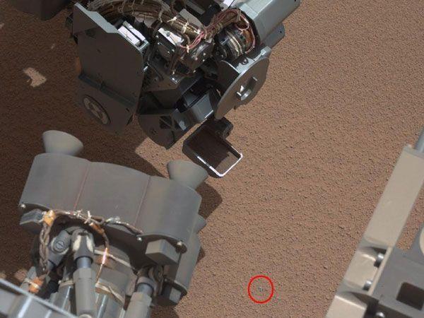 """Mars-Rover """"Curiosity"""" entdeckte auf seiner Mission ein seltsames """"glänzendes Objekt"""" am Boden."""