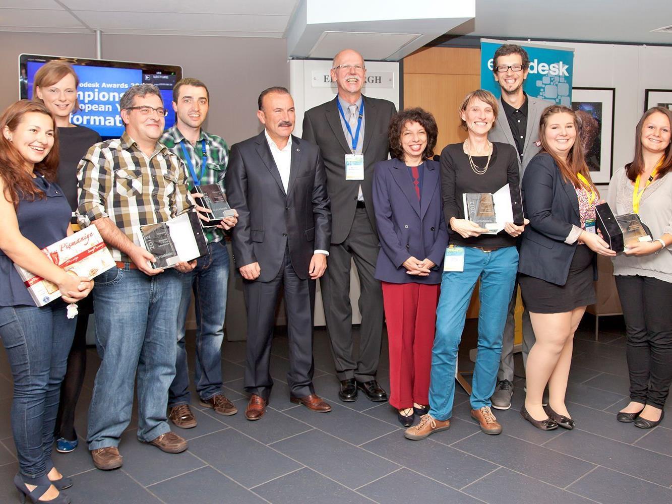 Sarah Peyha und Madlen Fleisch vom aha-Jugend-Team (rechts im Bild) nahmen den Preis in Brüssel entgegen.