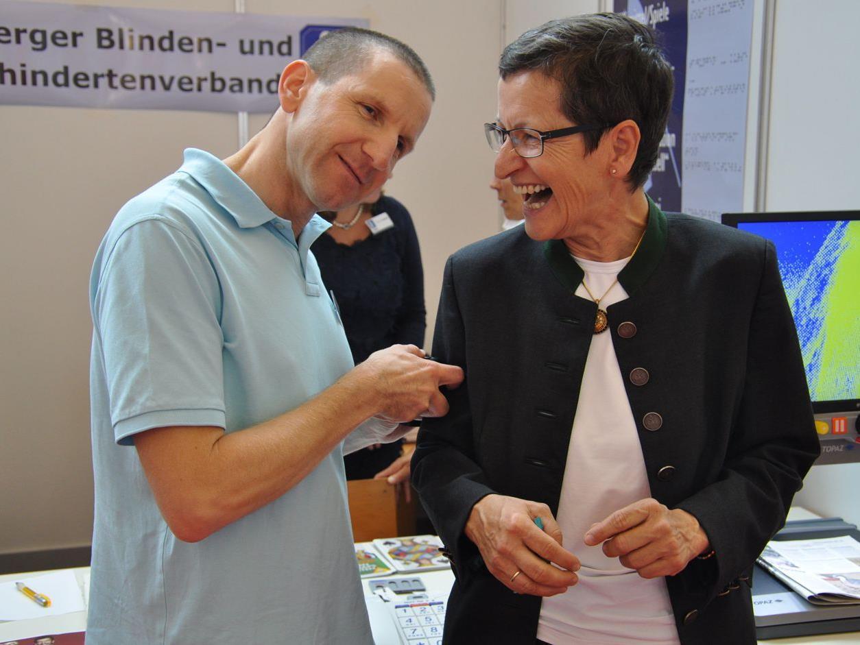 DEr Obmann des Blinden- und Sehbehindertenverbandes Vlbg. Karlheinz Ritter testet das Farbtestgerät an LR Greti Schmid