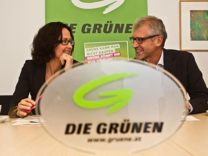 Eva Glawischnig und Harald Walser bei der PK im Landhaus.