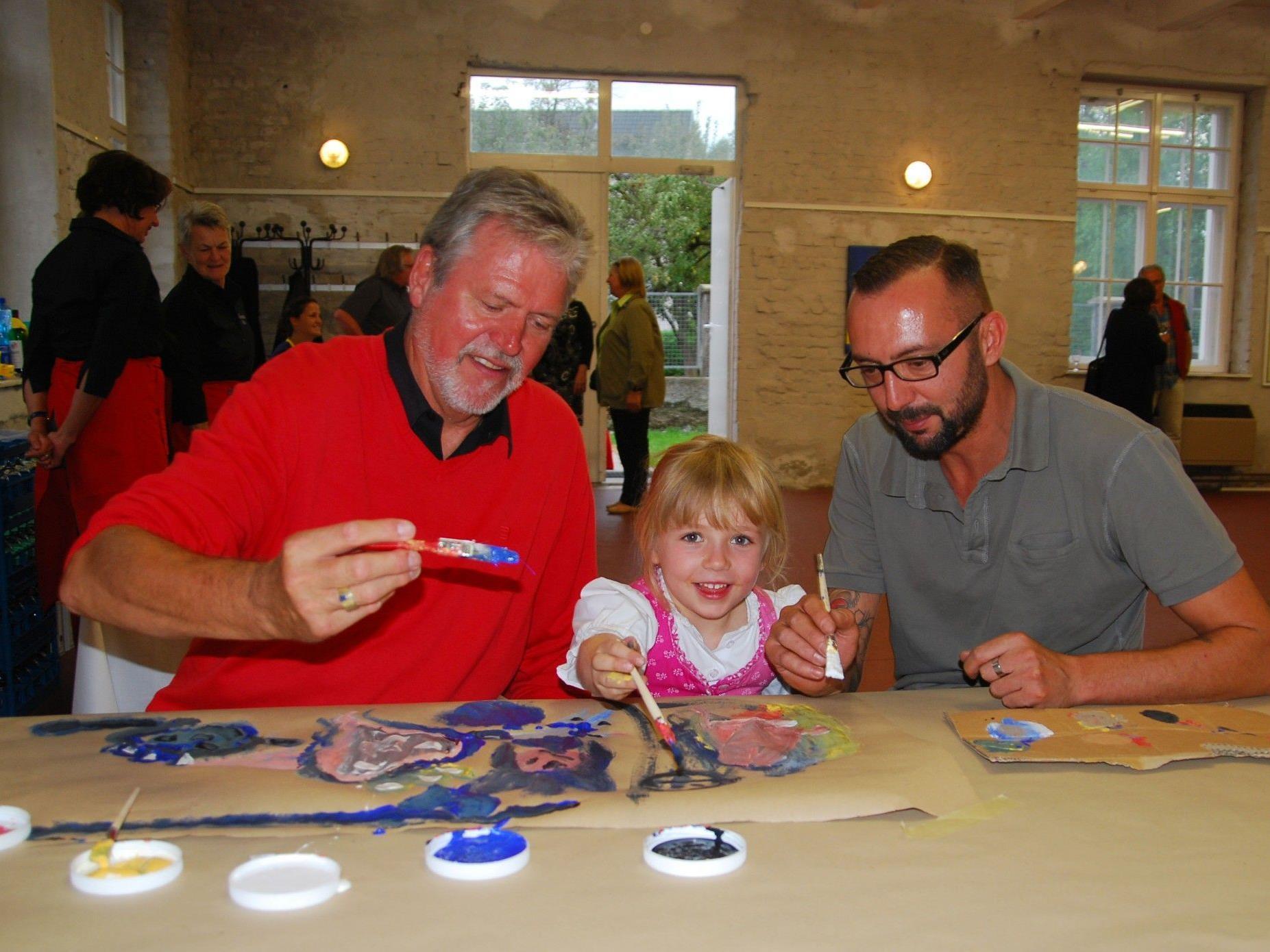 Günter Gruber mit Enkelin Teresa und Junior Raymond Milla.