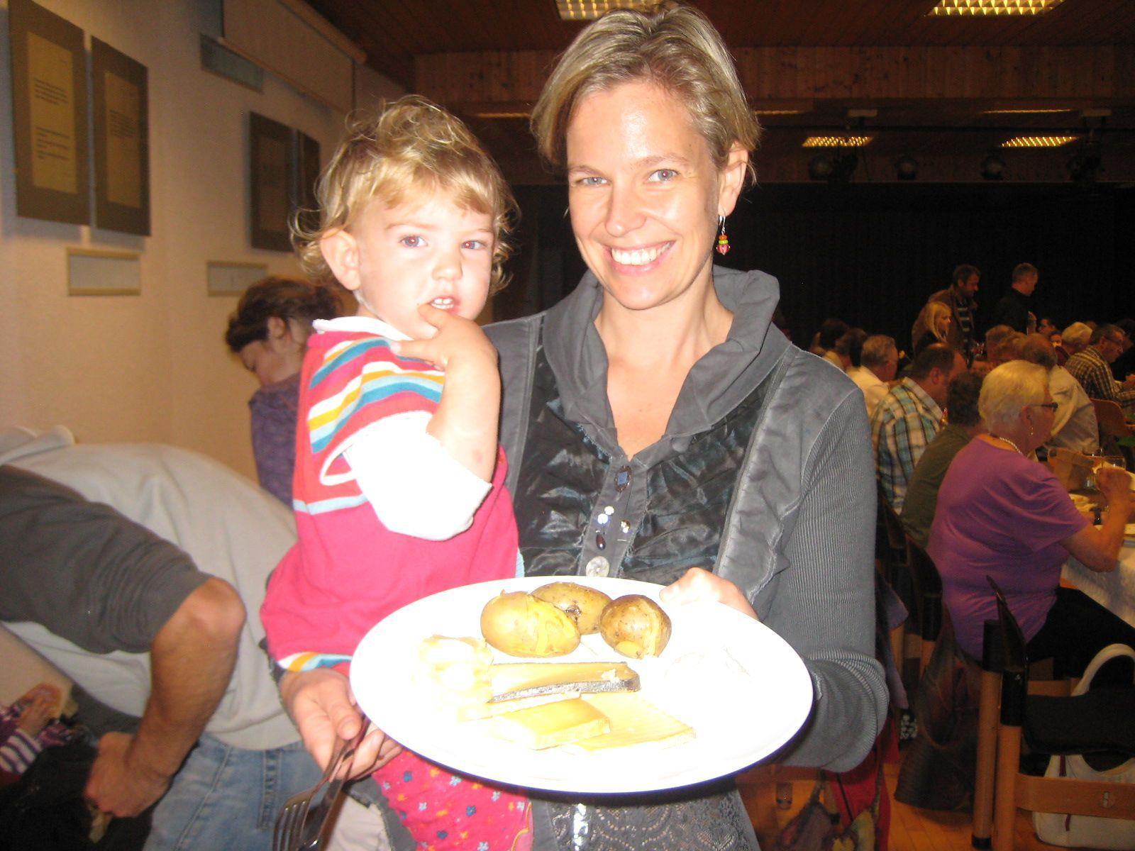 Auch Agnes besuchte mit Mama Carmen gerne den Kartoffeltag.