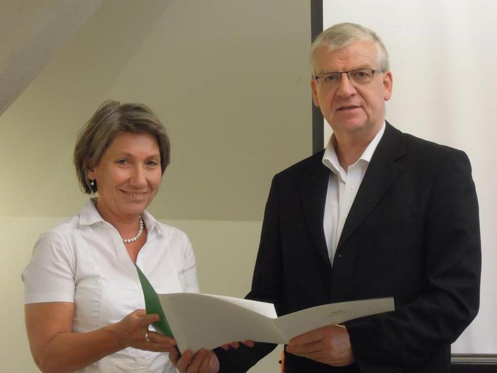 Wolfgang Türtscher bedankt sich bei Andrea Häfele für ihre langjährige Mitarbeit.