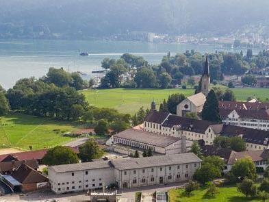 Der Klostergutshof Mehrerau (links im Klosterkomplex) ist einer der größten Vorarlberger Landwirtschaftsbetriebe und wird in Zukunft für Sutterlüty biologische Lebensmittel erzeugen.