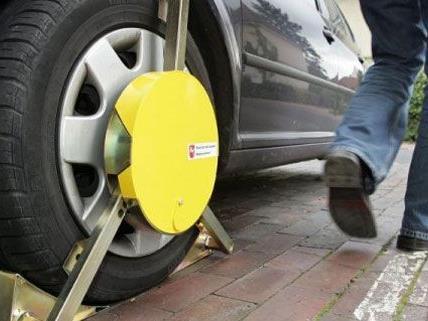Bereits 336 Mal kamen Parkkrallen in Wien bei ausländischen Falschparkern zum Einsatz.