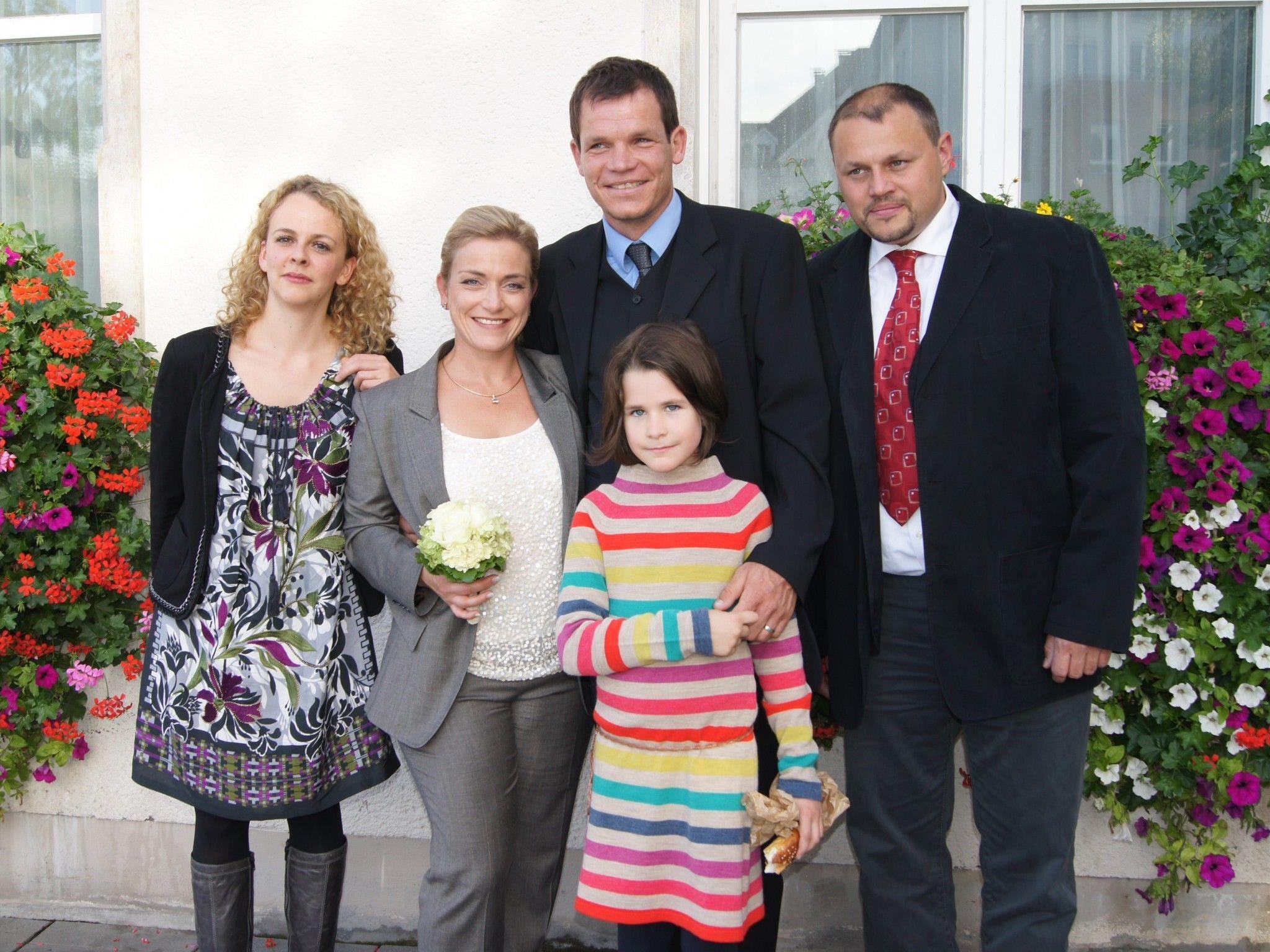 Das Brautpaar mit den Trauzeugen und Nichte Lisa.