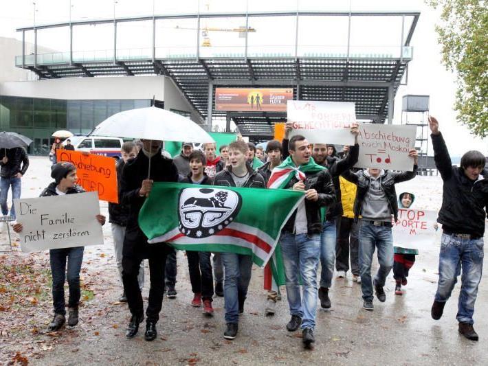Rund 50 Tschetschenen demonstrierten gegen die geplante Abschiebung