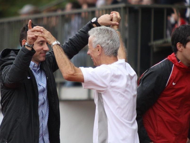 Roland Schlattinger gratuliert Bregenz-Erfolgscoach Mladen Posavec zum 1:0-Derbyerfolg in Dornbirn.