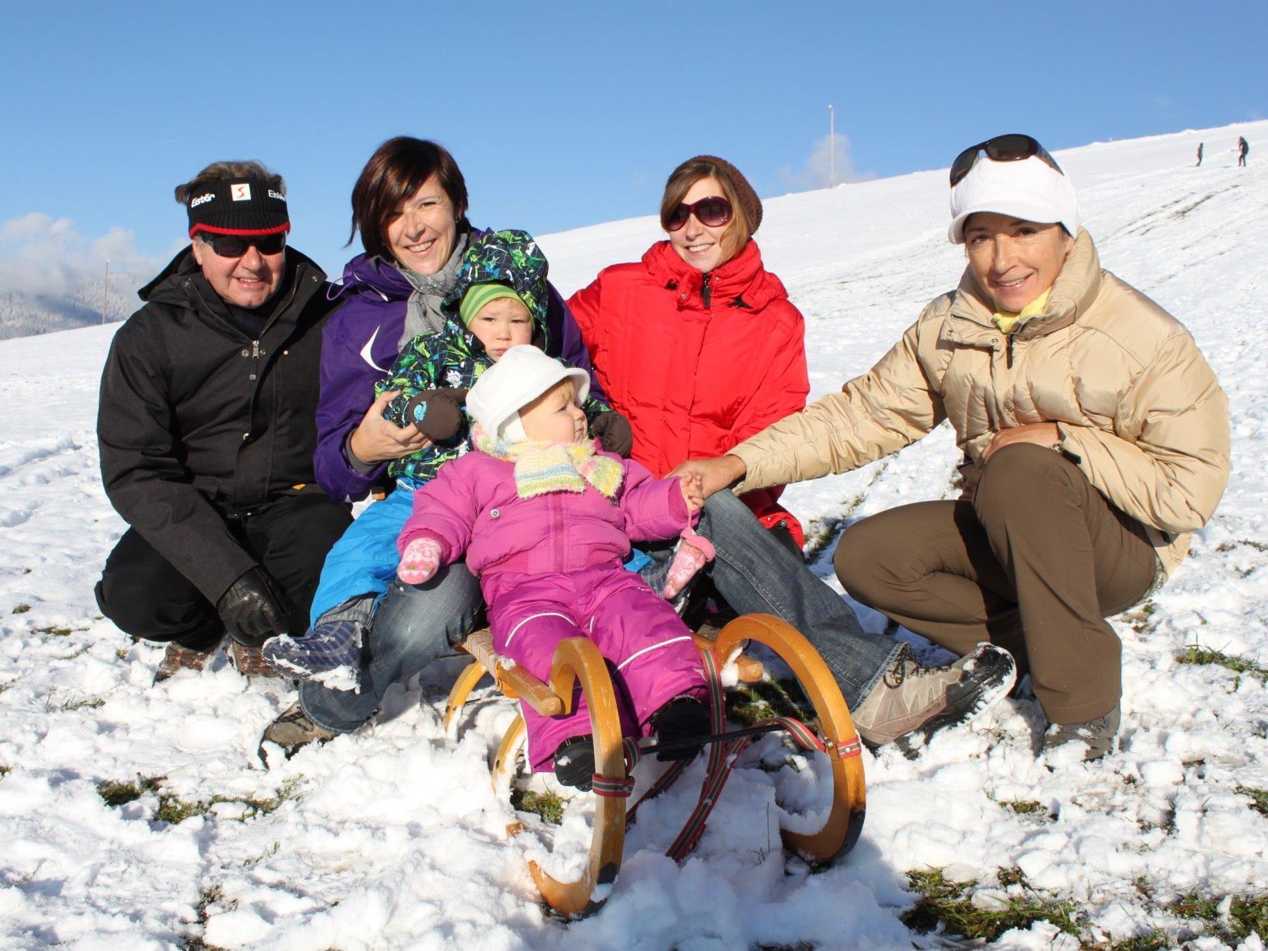 Die Kusinen Johanna und Laurin vergnügen sich beim Rodeln in Furx mit ihren Mamas und Großeltern.