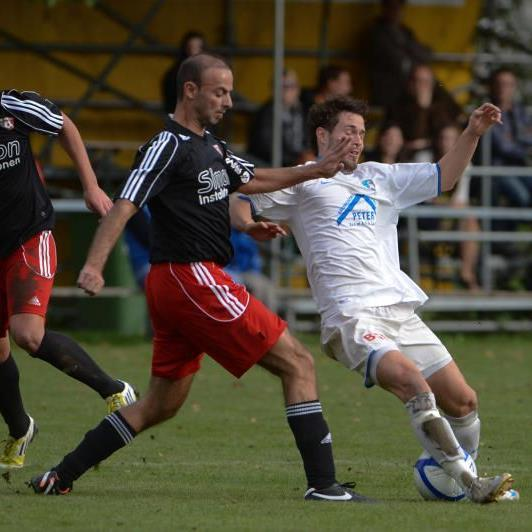 Simon Installationen FC Mäder gewinnt das Kummenbergderby in Koblach dank Schöpf-Triplepack.