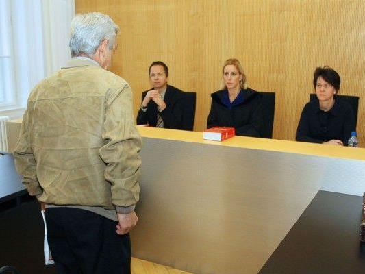 November 2011: Bild vom ersten Prozess gegen den damals 62-jährigen Angeklagten.