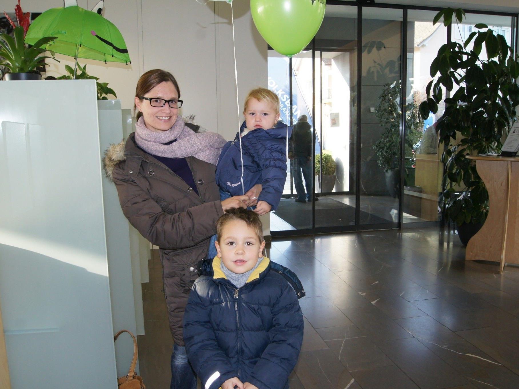 Haben ihre Kässele schon geleert: Paul und Anna Rosa mit Mama Karin.