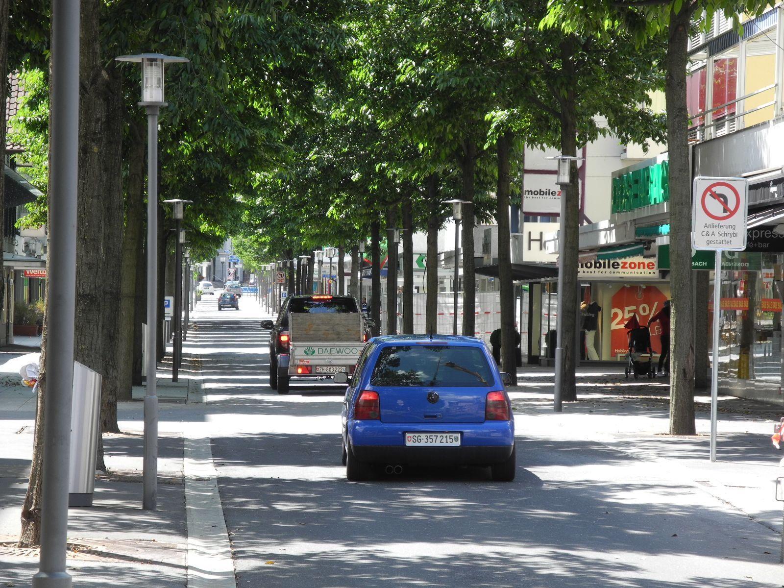 Noch gilt in der Buchser Bahnhofstraße Tempo 50, ab 2014 soll es nur mehr Tempo 20 geben