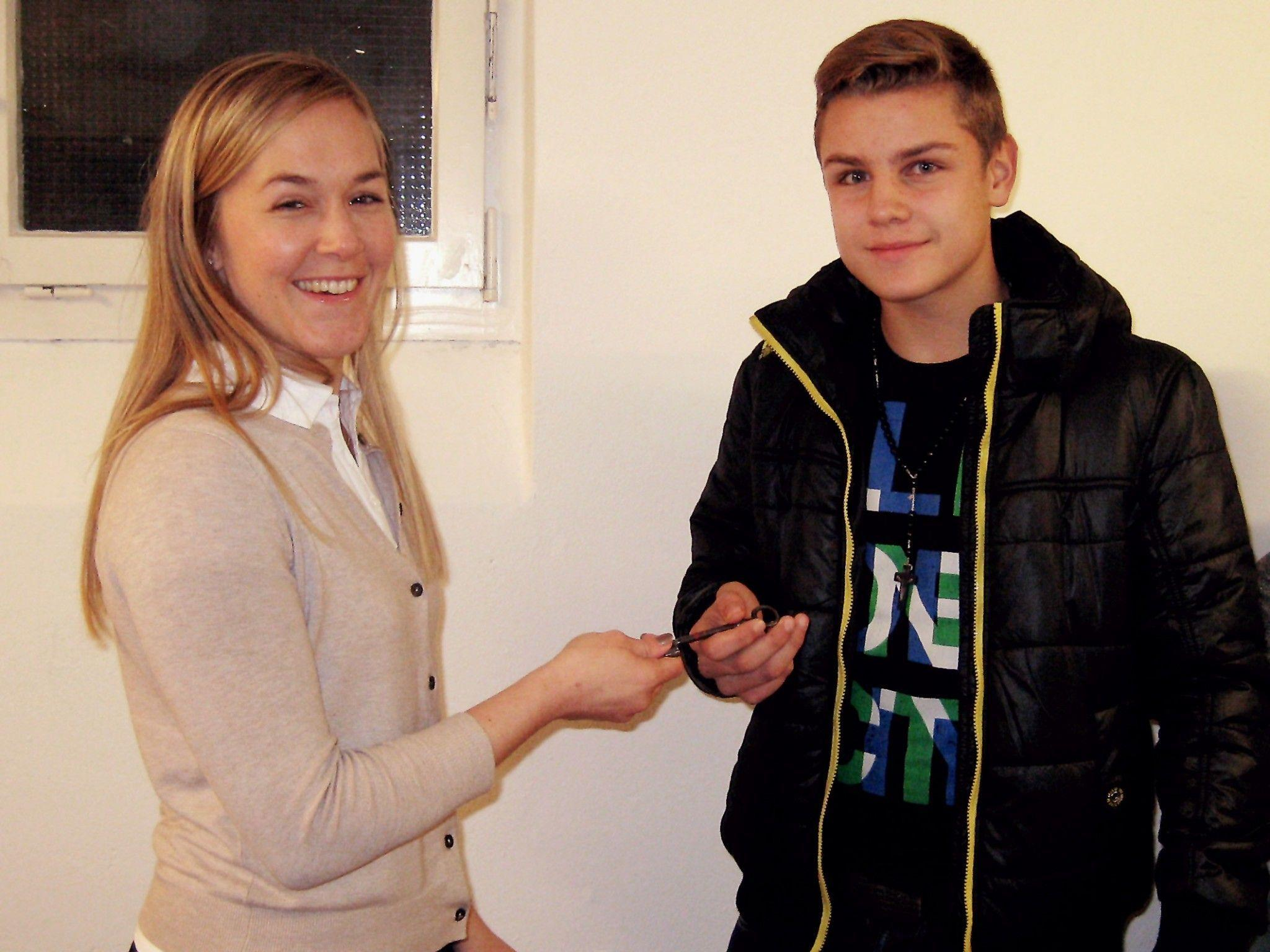 Gemeinderätin Daniela Ebner übergibt den Schlüssel an Sandro Daradan