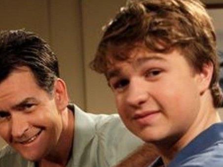 """Angus T. Jones spielt Jake Harper aus der Serie """"Two and a Half Men""""."""