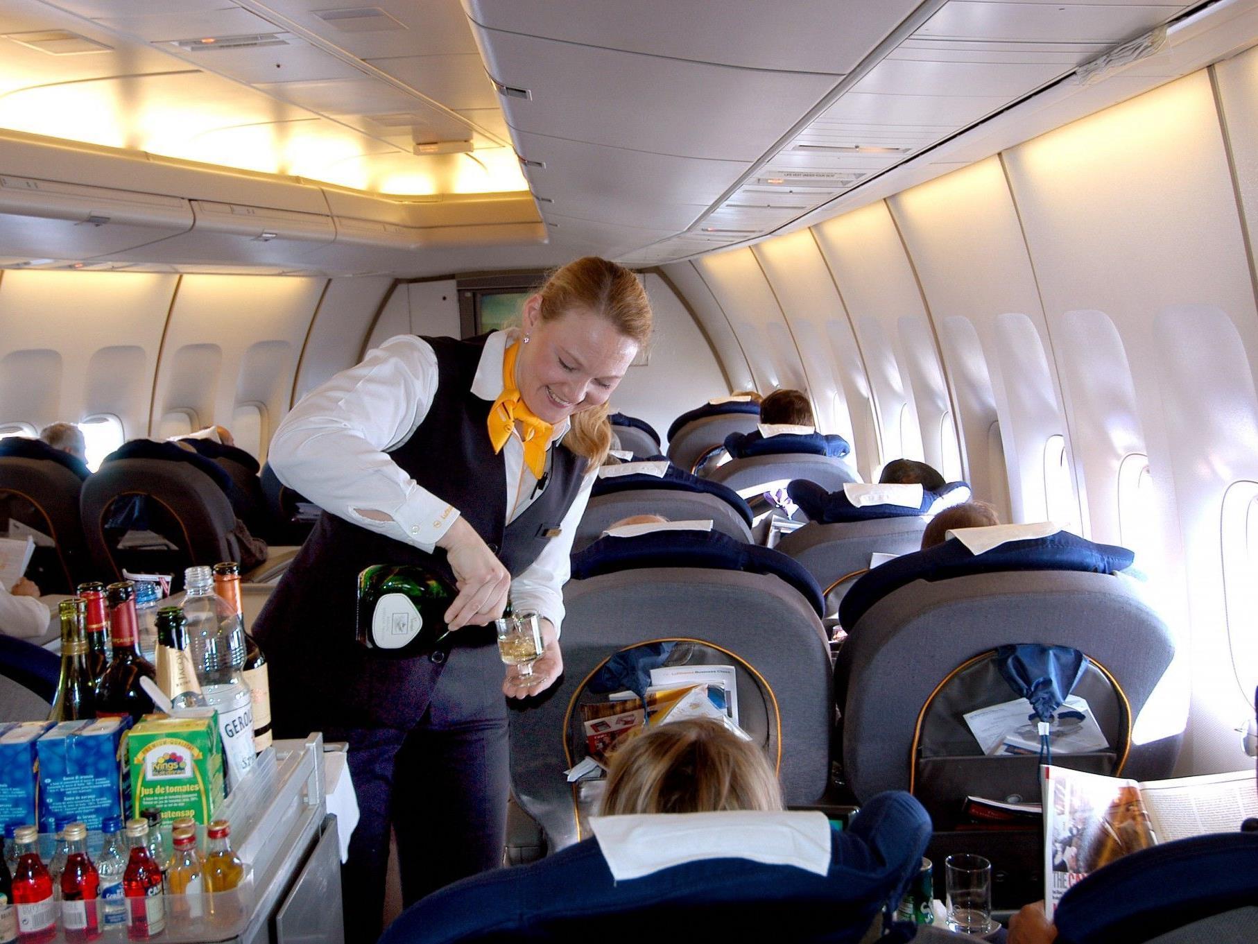 Flugbegleiterin bei der Arbeit