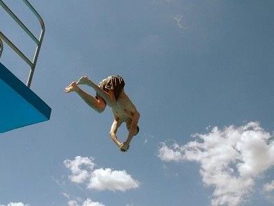 Stephen Dürrs Sprung missglückte; er schlug mit der Stirn aufs Wasser auf.