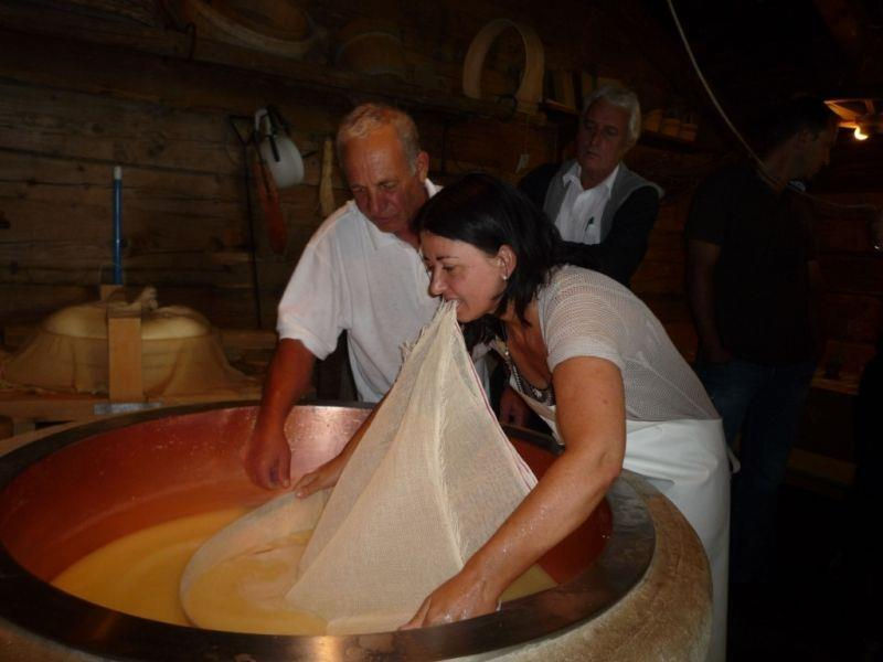 Manuela Auer war bei der Käseherstellung in Sonntag vor Ort und legte selbst Hand an.