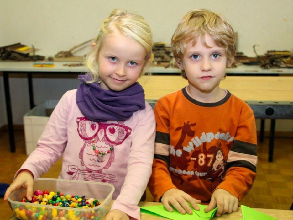 Emilia und Justin bastelten Papiertannenbäumchen