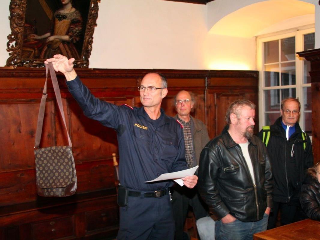 Peter Lins, Kommandant der Stadtpolizei, leitete die diesjährige Fundsachenversteigerung im Rathaus