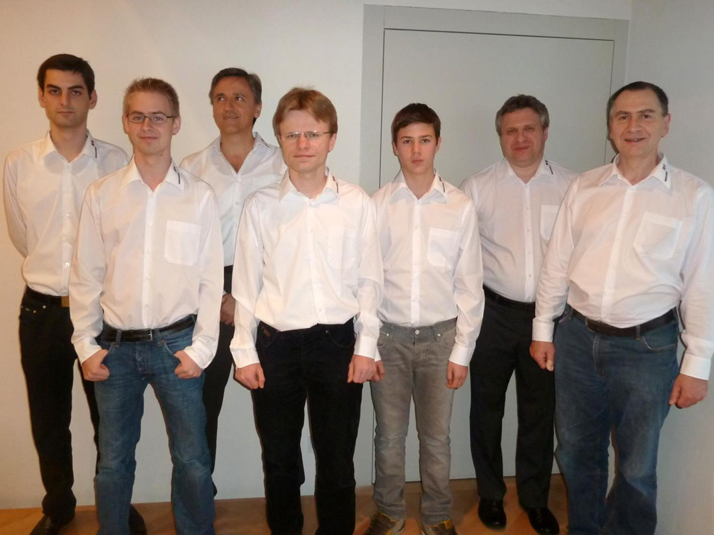 Reinhard Kuntner (r.) mit dem Bundesliga-Team des Schachklubs Hohenems.