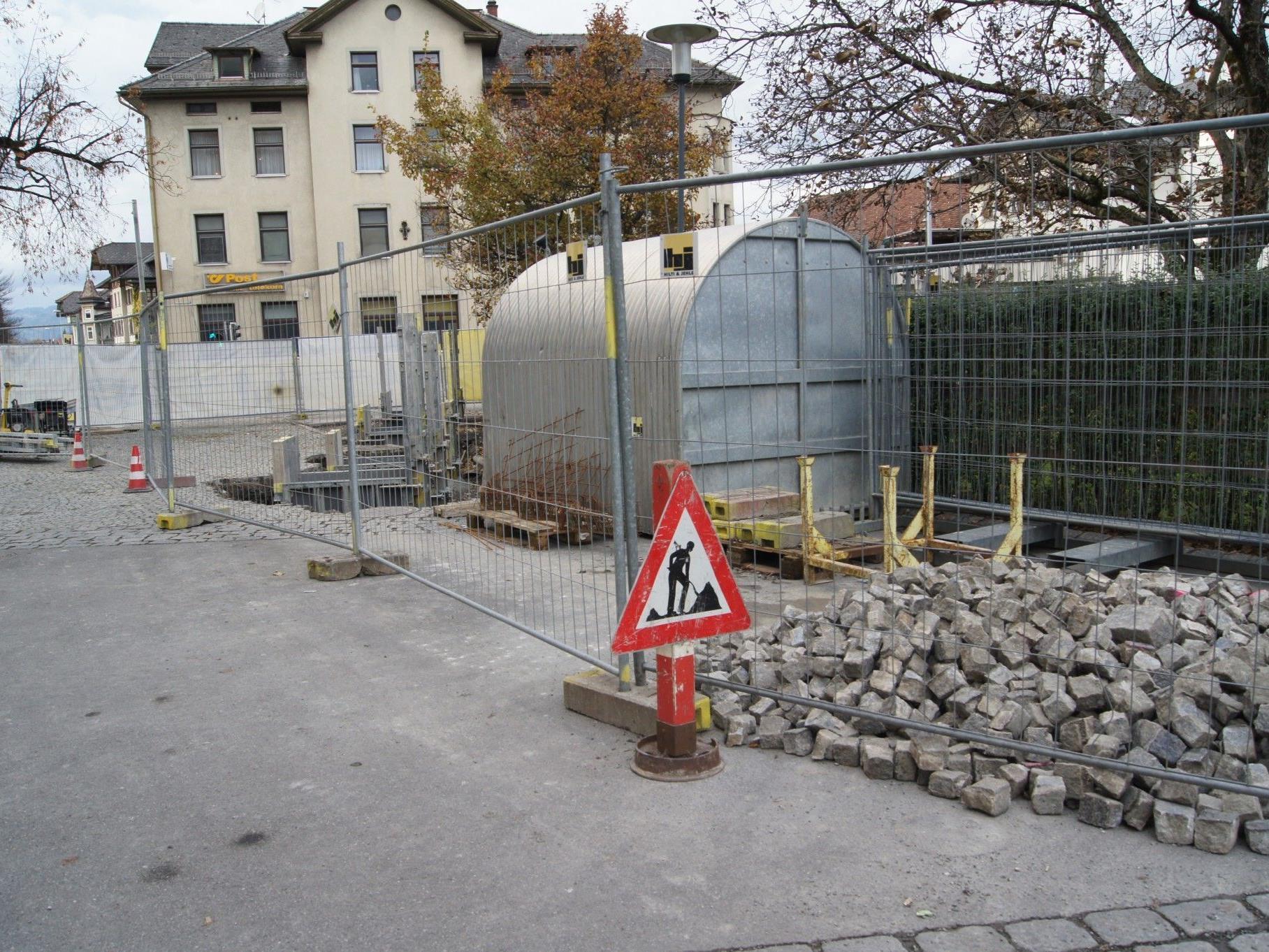 Neben der Pfarrkirche Hatlerdorf werden die Fundamente für den neuen Fahrradabstellplatz errichtet.