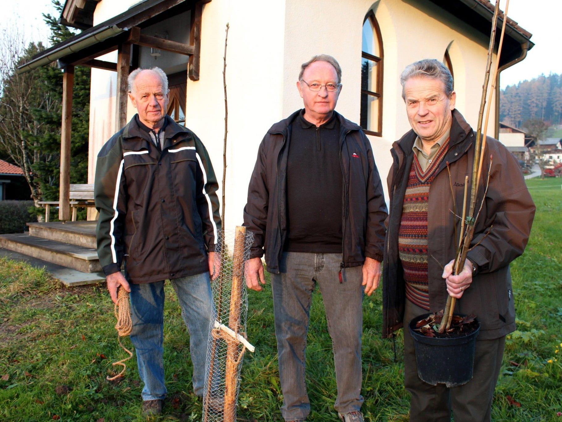 Ernst Sohm, Hermann Moosbrugger und Arthur Beinder bei der Kapelle am Linzenberg.