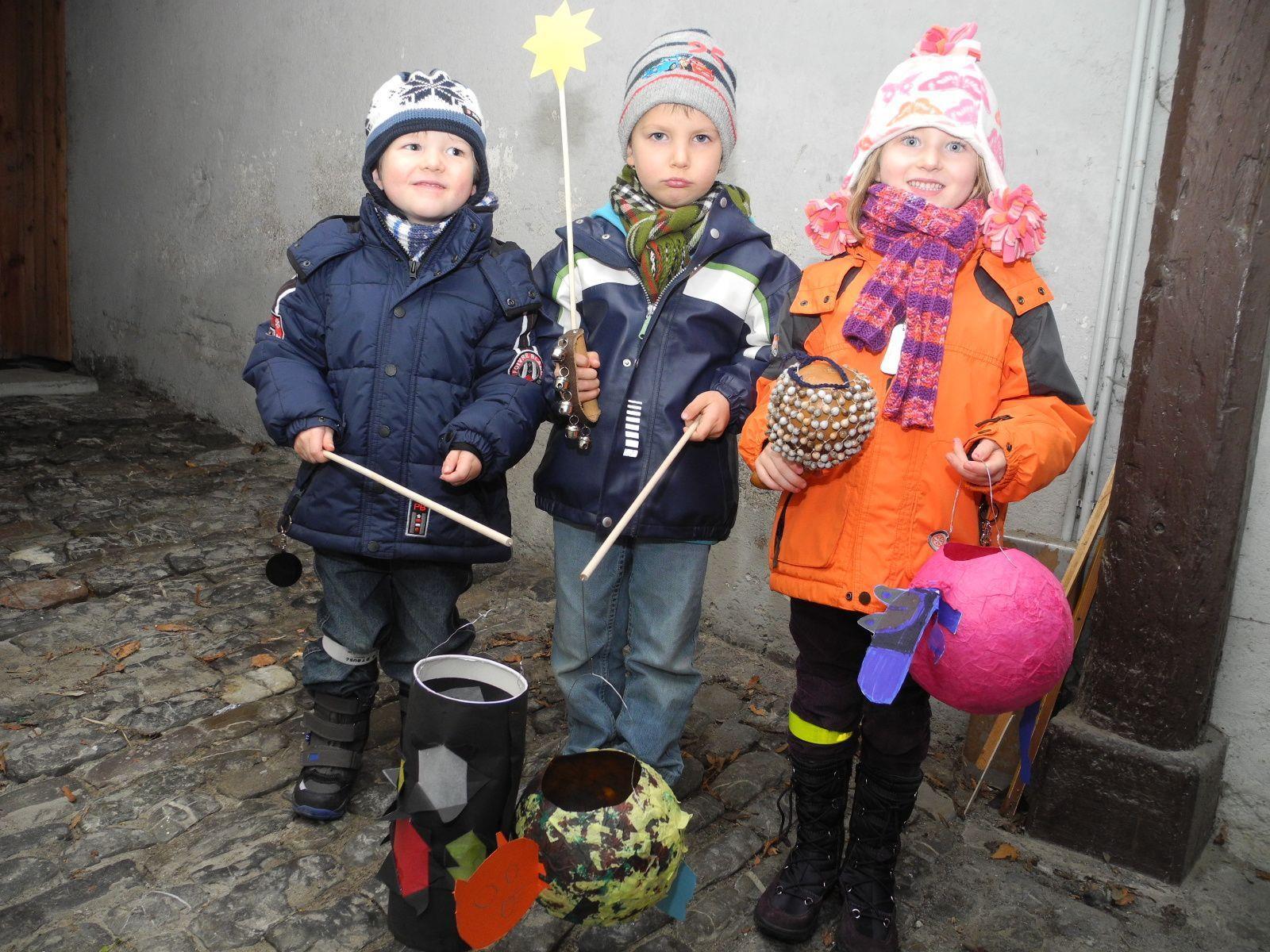(l.) Christof, Michael und Michaela mit ihren selbstgefertigten Martinilämpele