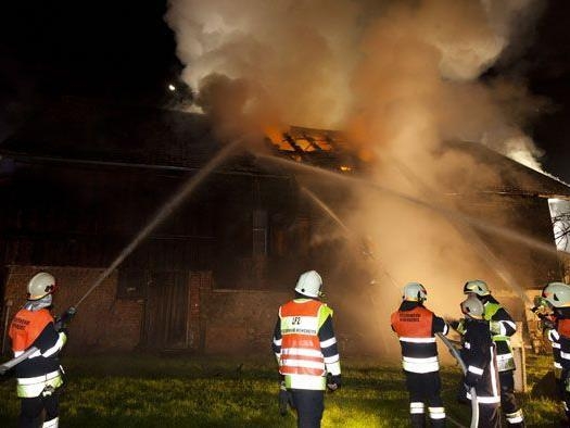 Florianijünger im Kampf gegen die Flammen.