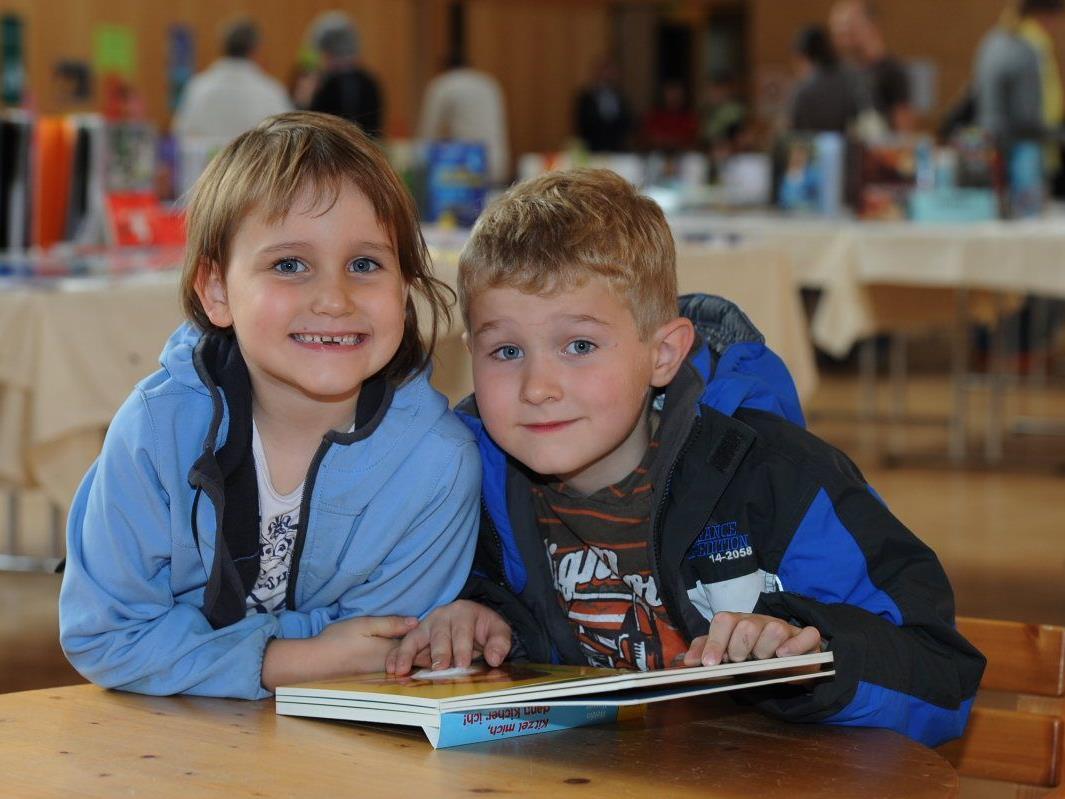 Eine spannende Lektüre haben diese Jungs bei der Mäderer Buchausstellung entdeckt.