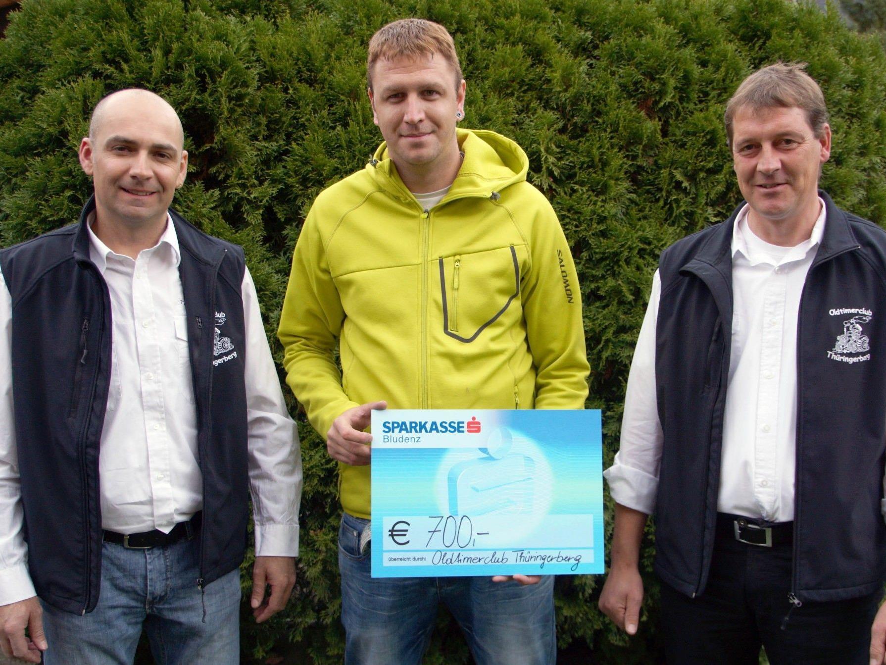 Die OTC-Mitglieder Peter Handlos und Günther Konzett bei der Spendenübergabe an Papa Daniel.