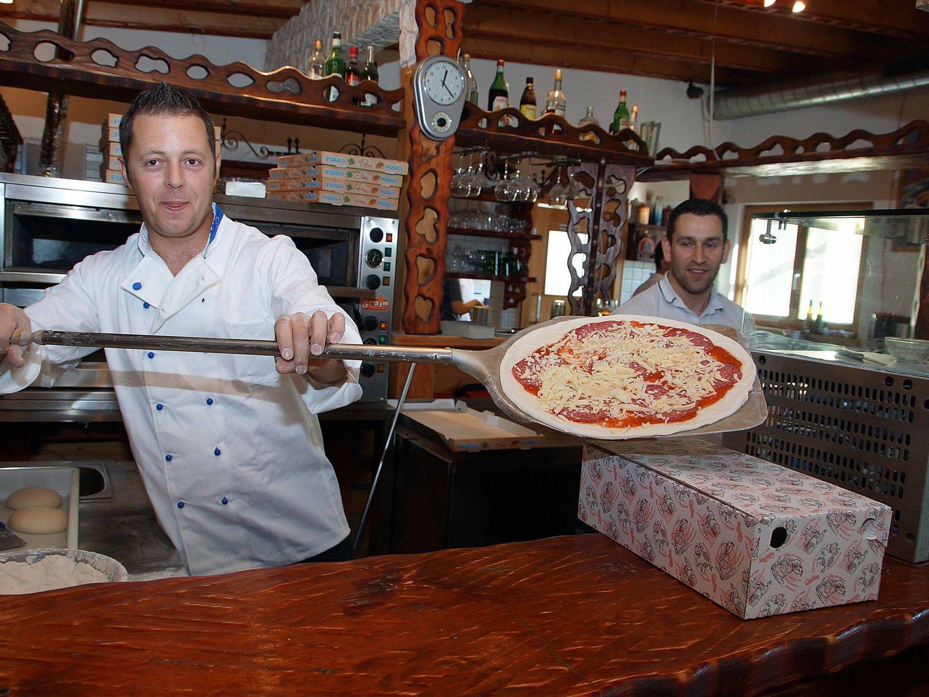 """Zum Geburtstagsfest der Pizzeria """"Roni"""" in Bludesch gab es Pizza zum """"Schleuderpreis""""."""