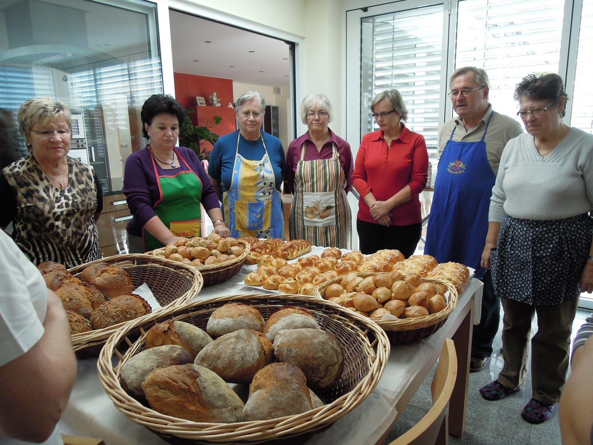 Mit Stolz betrachten dieTeilnehmer das fertige Brot.
