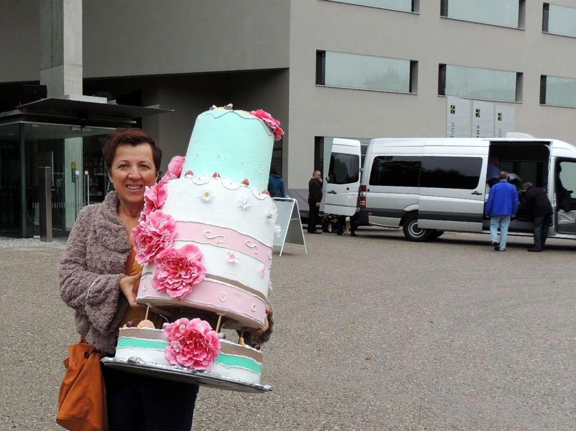 Elsa aus Konstanz brachte eine Geburtstagstorte mit nach Hause