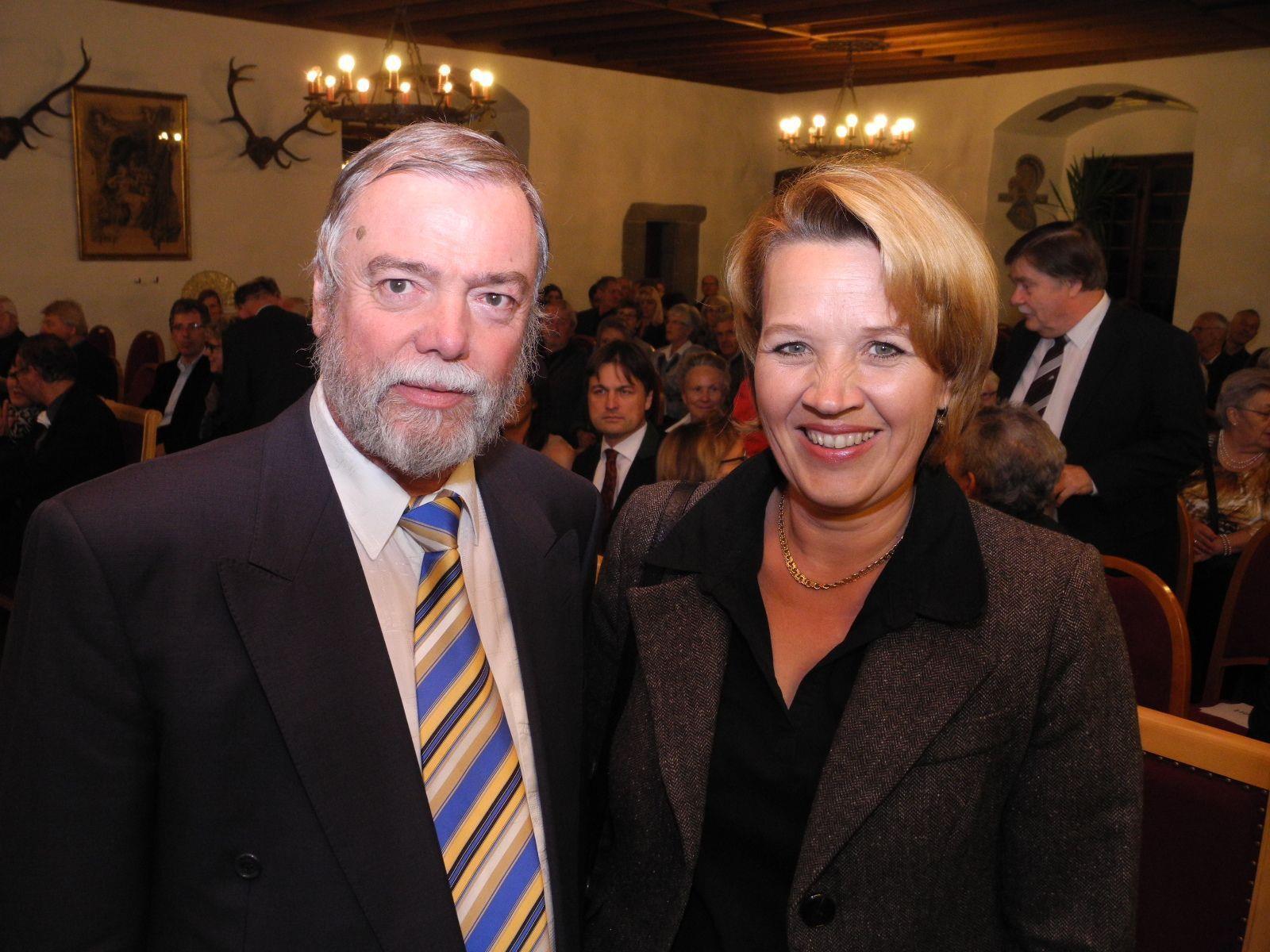 Manfred A. Getzner mit der Gratulantin Landesrätin Andrea Kaufmann