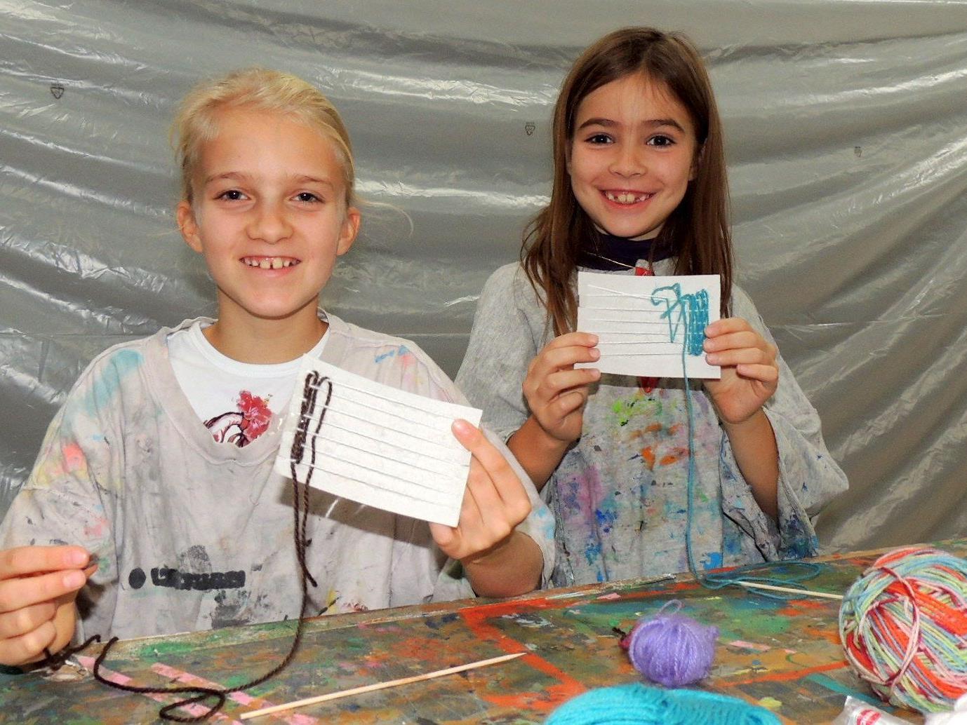 Laetitia und Eleonora experimentieren mit Drucktechniken