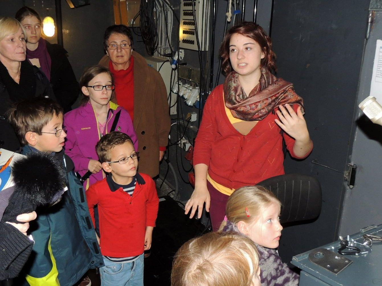 Leonie und Desiree  führten die Besucher durch das Landestheater