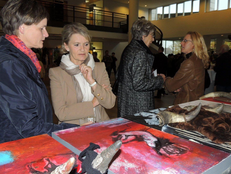 Besucherinnen und Künstlerinnen bei der Ausstellung im Landhaus