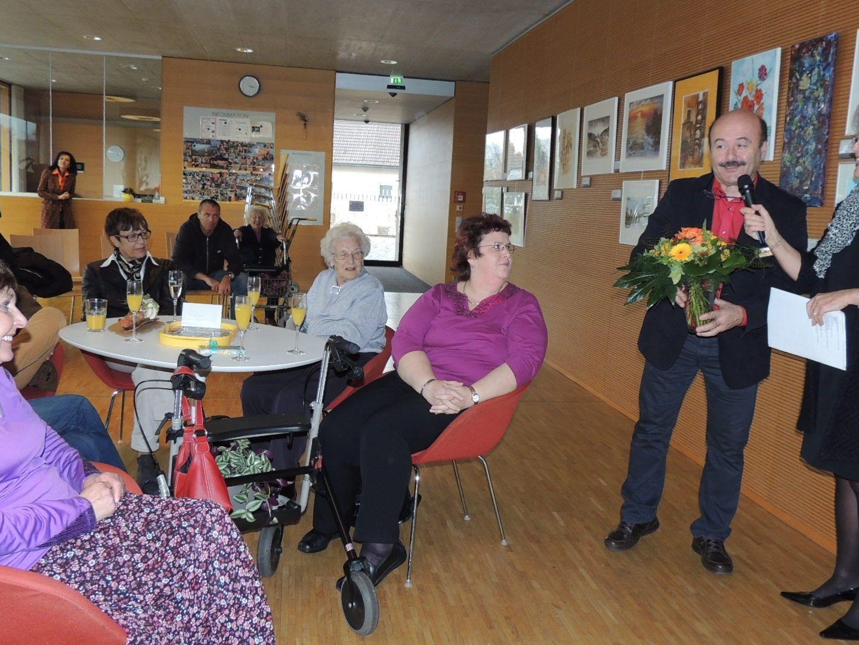 Stadträtin Elisabeth Mathis und Heimleiter Dorin Limbean gratulieren Frau Ursula Böhler herzlich zu ihrer Ausstellung
